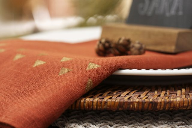 Simple Stenciled Napkins with ScotchBlue Painters Tape. Add your personal style to napkins for your holiday entertaining. www.livelaughrowe.com #fallnapkins #stencilednapkines