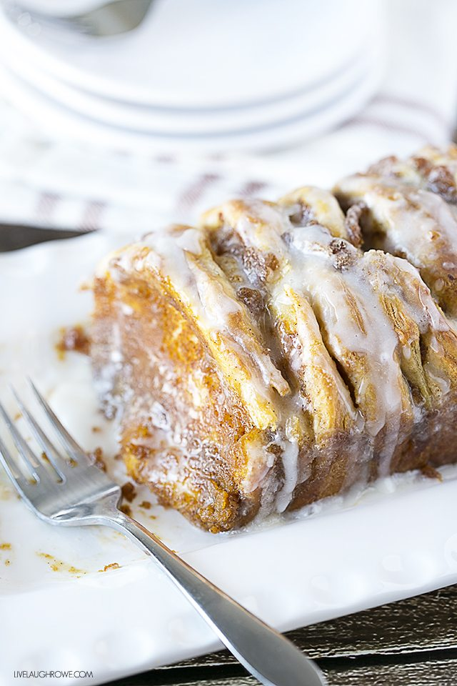A taste of fall in every bite! This Pumpkin Pull Apart Bread is a must-try. livelaughrowe.com
