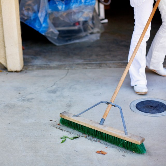 26 Effective Ways To Clean Oil Stains Off of Concrete Driveway