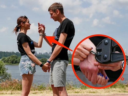 After being handcuffed together for 123 days to save their relationship, a Ukrainian couple breaks up
