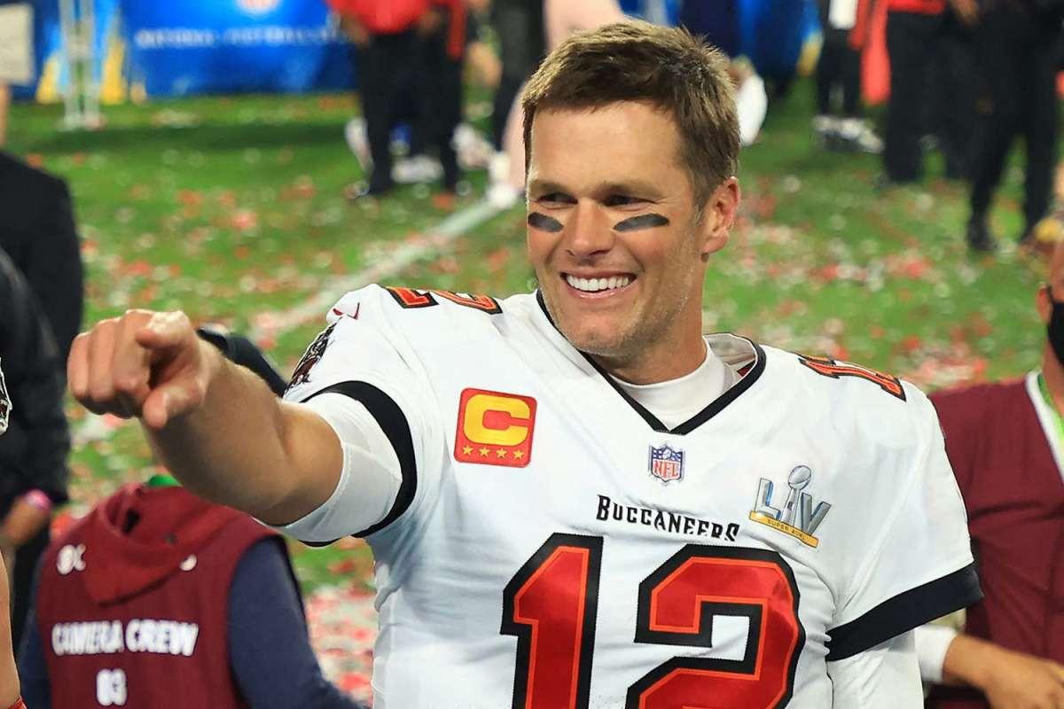 Tom Brady presenteia menino que superou câncer