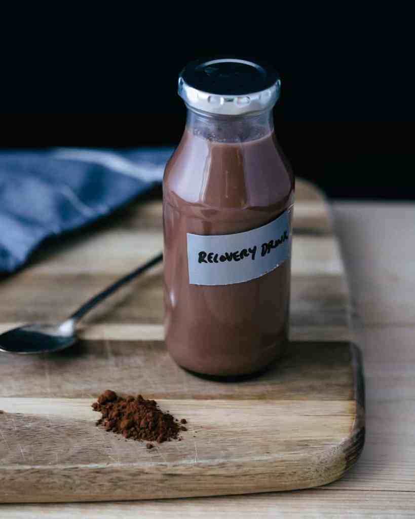 choklad havredryck på en skärbräda av trä.