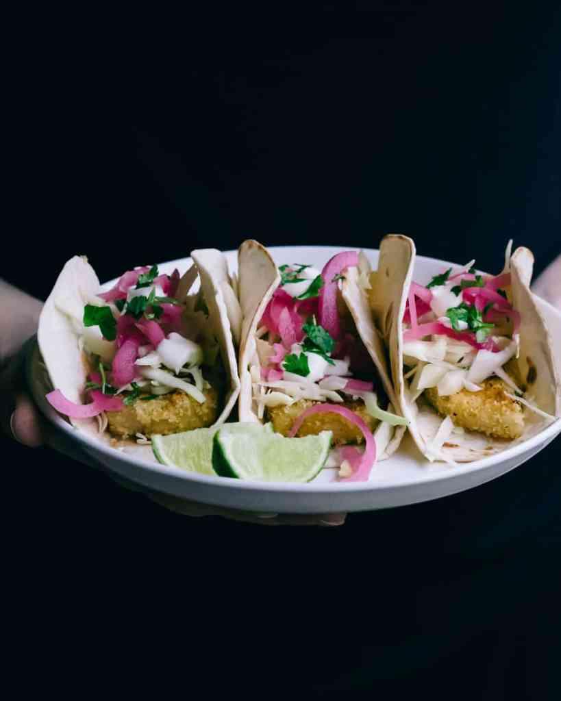 Veganska fish tacos på en tallrik