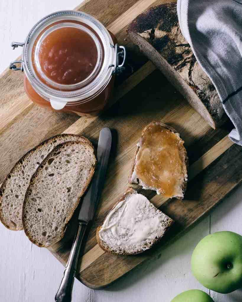 äppelsmör på surdegsbröd