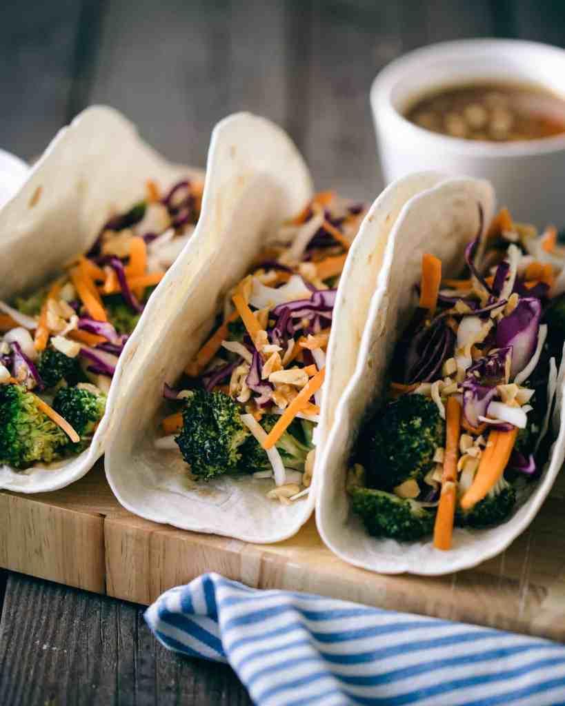 Tre broccoli tacos med vitkål.