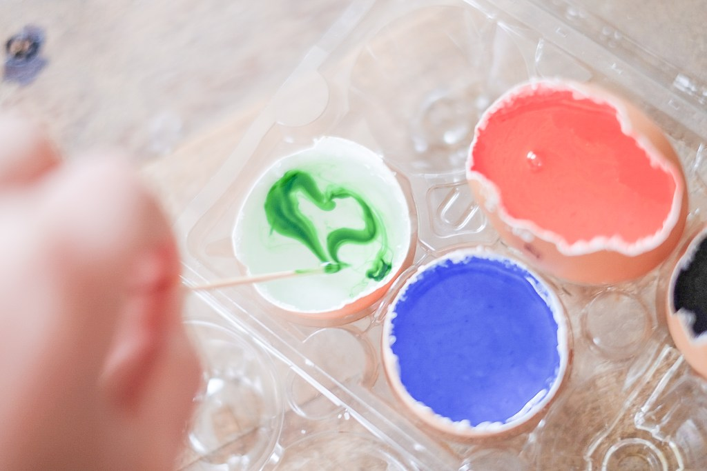 Amazing toddler and preschool stem activity. Your kids will love these egg shell geodes! See how to make them in 5 easy steps!