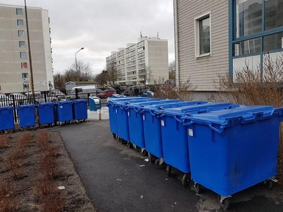 Fotografi som visar fula blåa återvinningskärl.