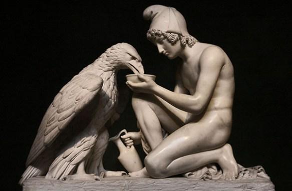 En marmorskultur som visar en örn och den unge mannen Ganymedes. som sitter på huk och serverar nektar ur en liten skål.