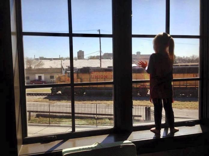 Fetiţa făcea zilnic cu mâna trenurilor care treceau. 3 ani mai târziu mecanicul de locomotivă observă un semn la fereastră