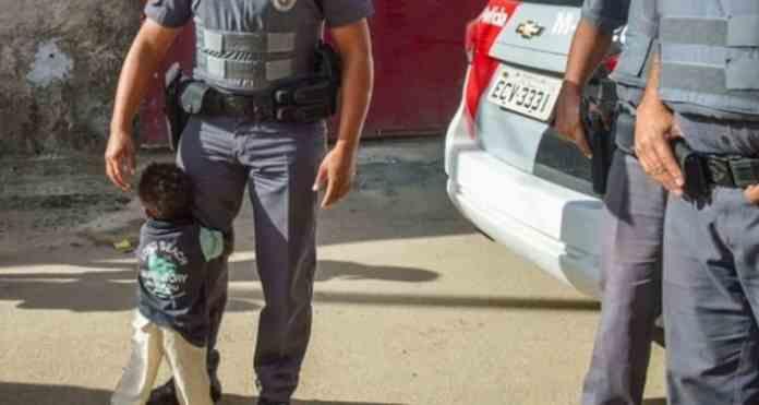 Băiețelul îmbrățișează spontan polițistul după ce familia sa nevoiașă primește un coș cu alimente de bază