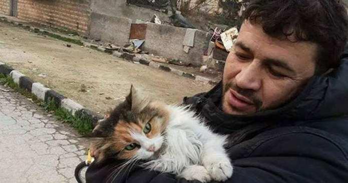 Un om dintr-o țară sfâșiată de război refuză să renunțe la pisicile lui