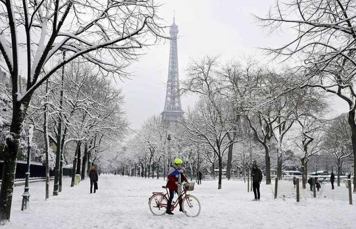 Parisul s-a transformat într-un tărâm de basm odată cu prima zăpadă