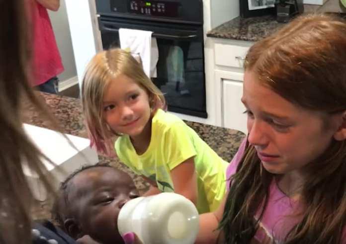 Părinții și-au surprins fetele cu o surioară adoptată, dar priviți reacția surorii mai mari