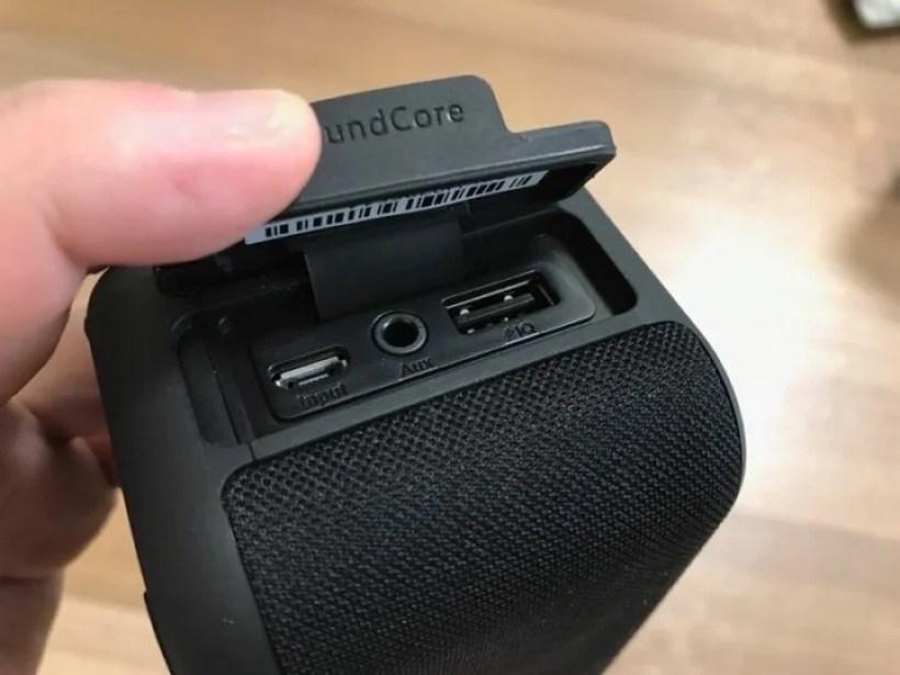 スピーカー側面に充電用MicroUSBポートとAUXポート