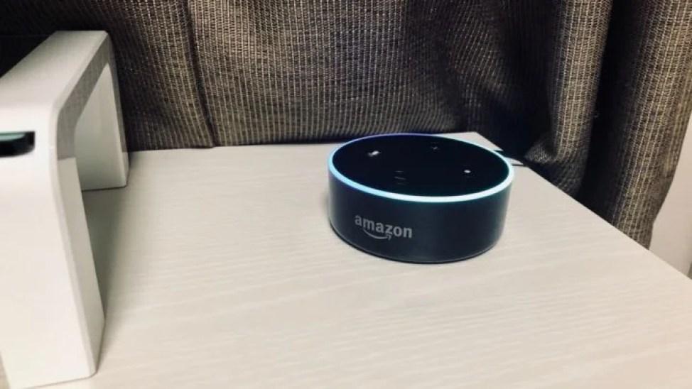 机の上のEcho Dot