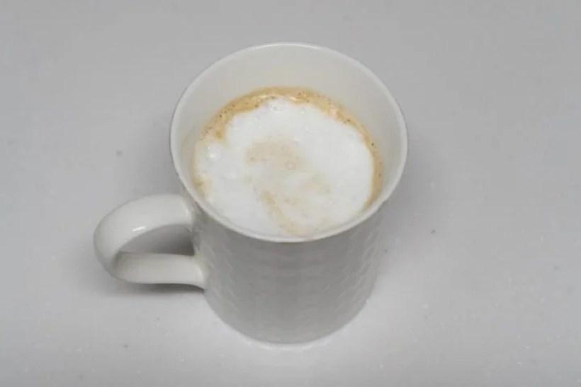 エスプレッソにフロスミルクを注いだらカプチーノの出来上がり