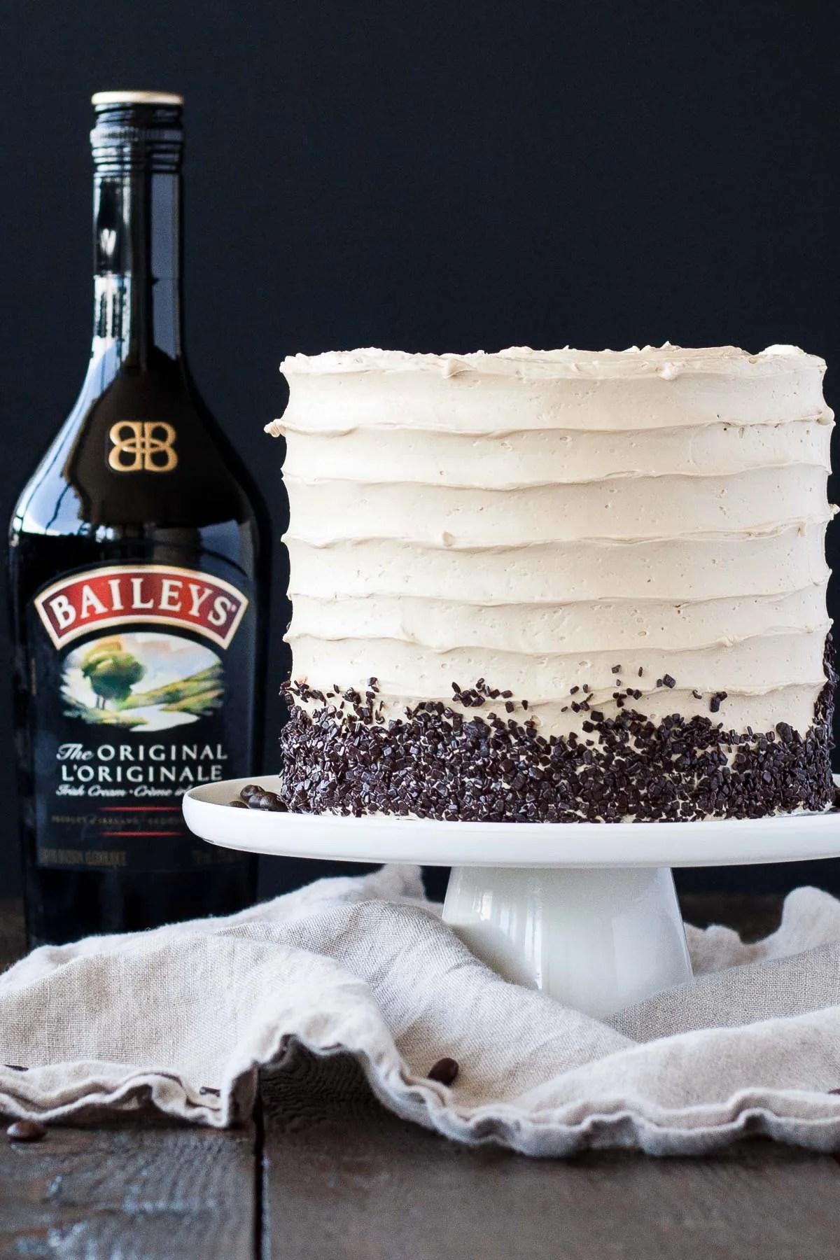 L'appariement parfait du café et des Baileys dans ce délicieux gâteau couche.  Un gâteau à la vanille superposé à une ganache au chocolat noir et un café Baileys buttercream.     Livforcake.com