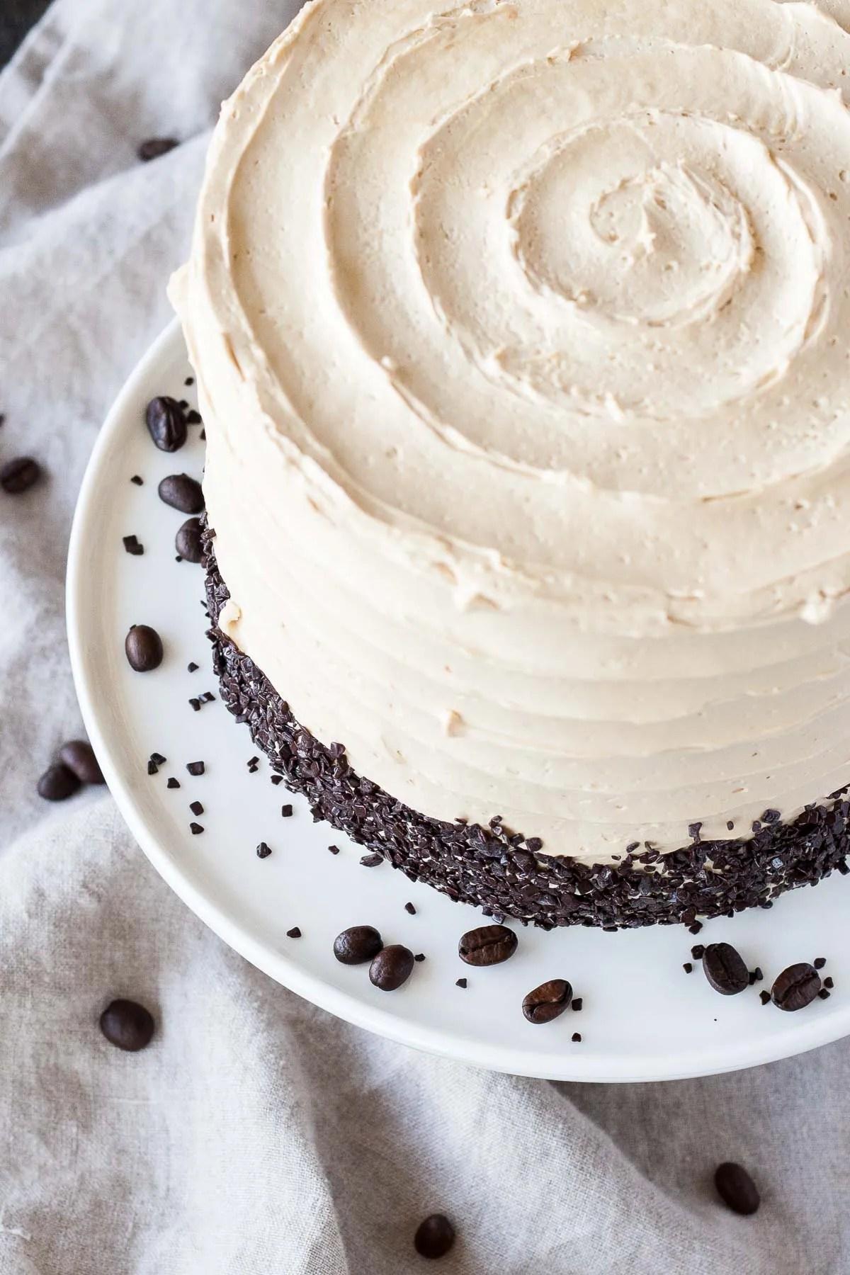 L'appariement parfait du café et des Baileys dans ce délicieux gâteau couche.  Un gâteau à la vanille superposé à une ganache au chocolat noir et un café Baileys buttercream.  |  Livforcake.com