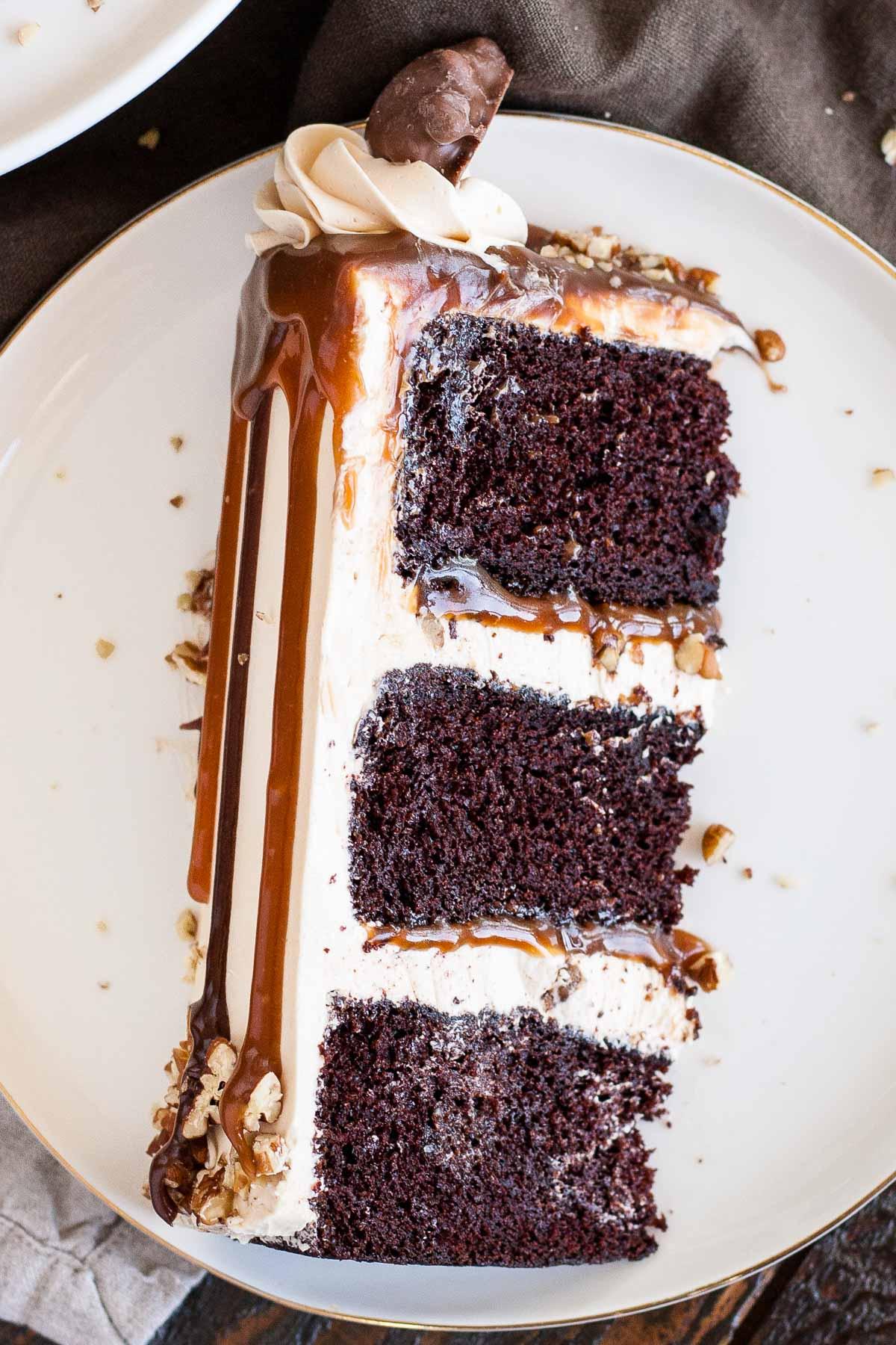 Transformez vos bonbons préférés en Tortues Layer Cake!  Couches de riche gâteau au chocolat, crème au beurre de caramel, sauce au caramel et noix de pécan.  |  Livforcake.com