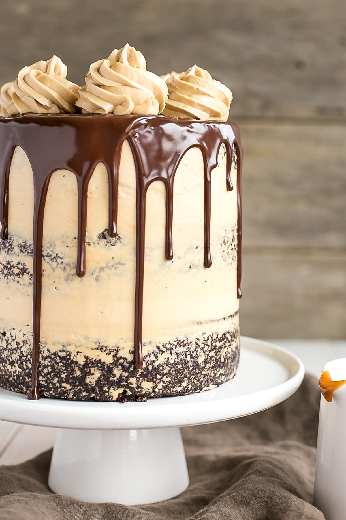 Le combo ultime du chocolat et du caramel se réunit dans ce délicieux gâteau au chocolat Dulce de Leche.  |  Livforcake.com