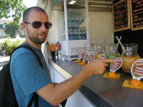 Moritz ordering smoothies at Sommerfest Stuttgart