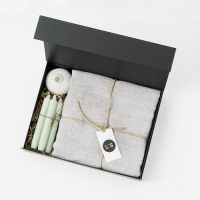 cadeaupakket tafelkleed met kandelaar en kaarsen