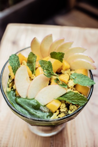 Great Green (Mango, Zucchini, Spinach, Mint, Coconut Water Toppings: Turmeric Granola, Fresh Mango, Sliced Apple, Mint)