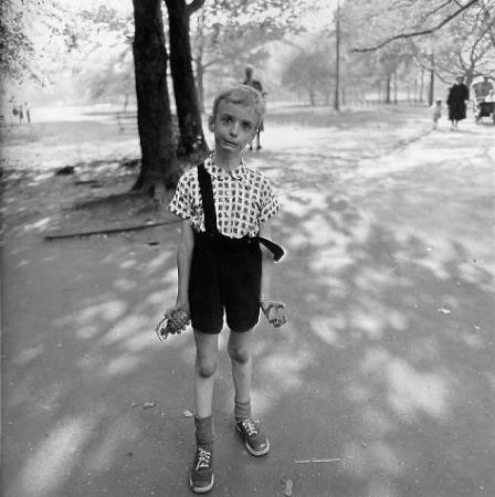 Diane Arbus.- Child with Toy Hand Grenade in Central Park, New York City