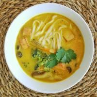 Sopa de curry con noodles, tofu, setas y brócoli