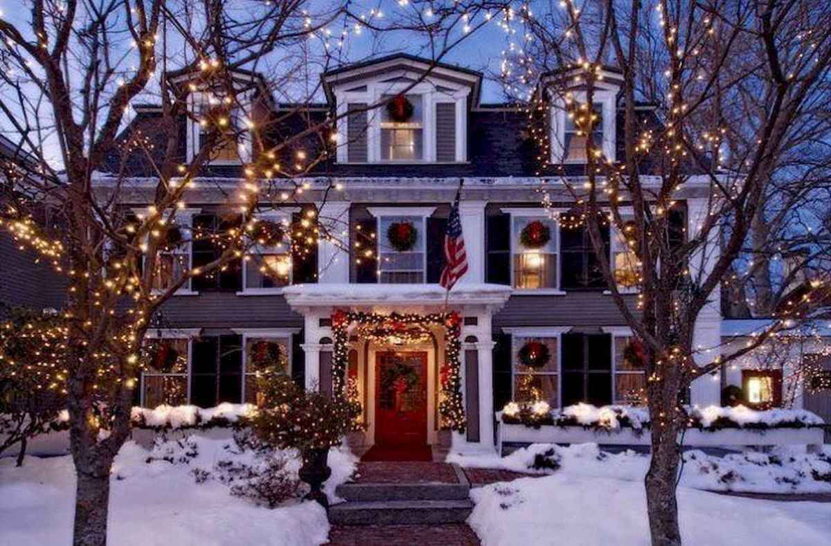 70 Awesome Farmhouse Style Exterior Christmas Lights Decorations (22)