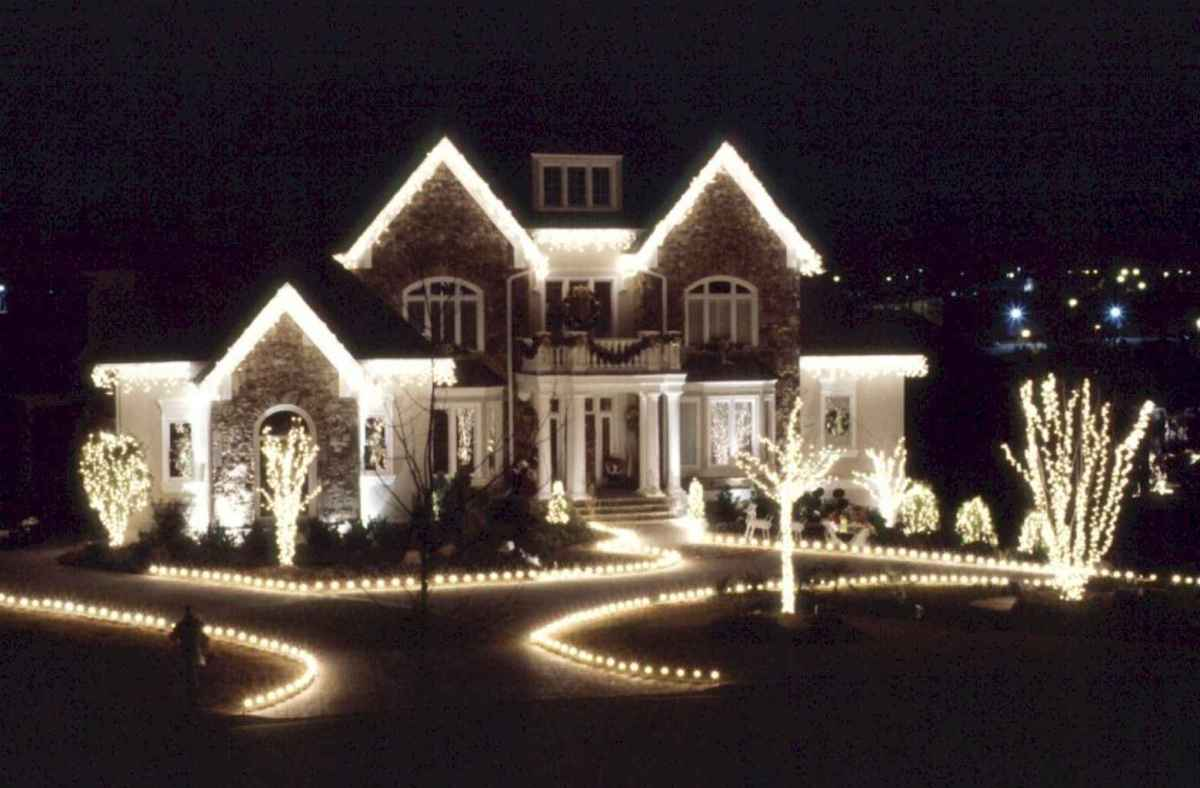 70 Awesome Farmhouse Style Exterior Christmas Lights Decorations (30)
