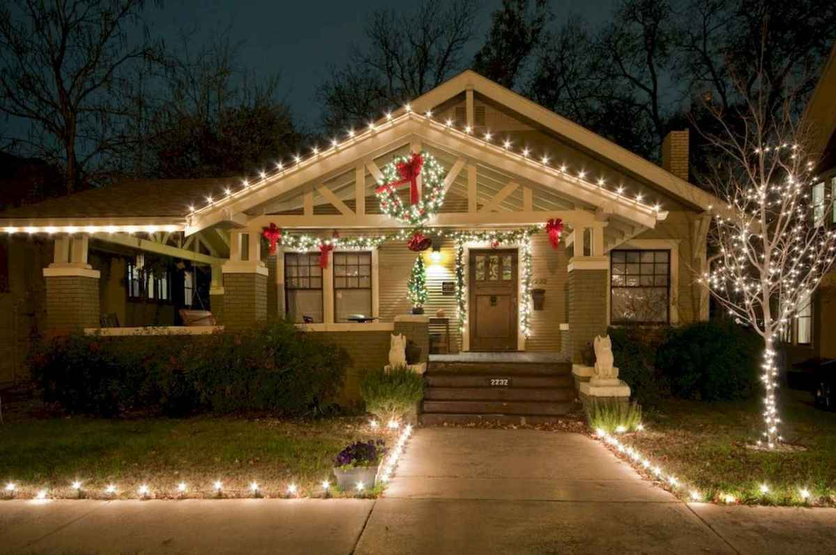 70 Awesome Farmhouse Style Exterior Christmas Lights Decorations (37)