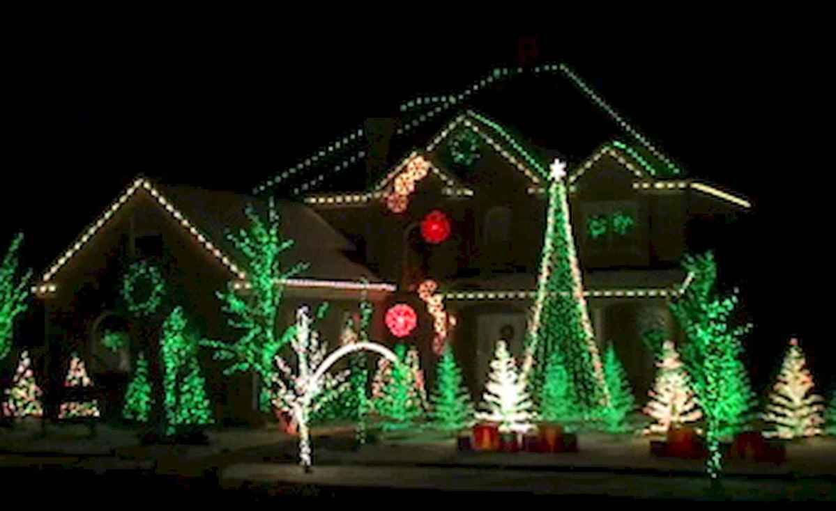 70 Awesome Farmhouse Style Exterior Christmas Lights Decorations (42)