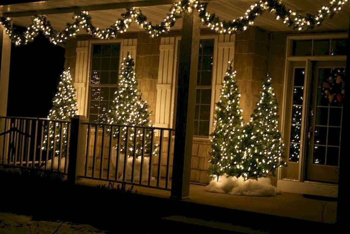 70 Awesome Farmhouse Style Exterior Christmas Lights Decorations (6)