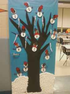40 Creative DIY Christmas Door Decorations For Home And School (35)