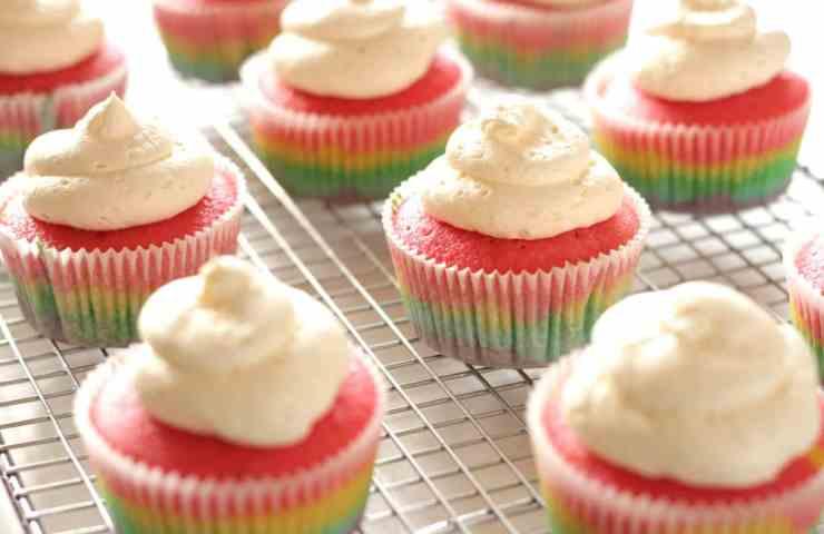 Rainbow Cupcakes mit fluffiger Vanille Buttercreme
