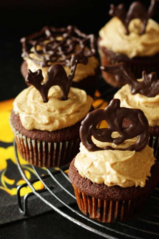 Schoko-Halloween-Cupcakes mit Peanut Butter Buttercreme ~ Living on Cookies