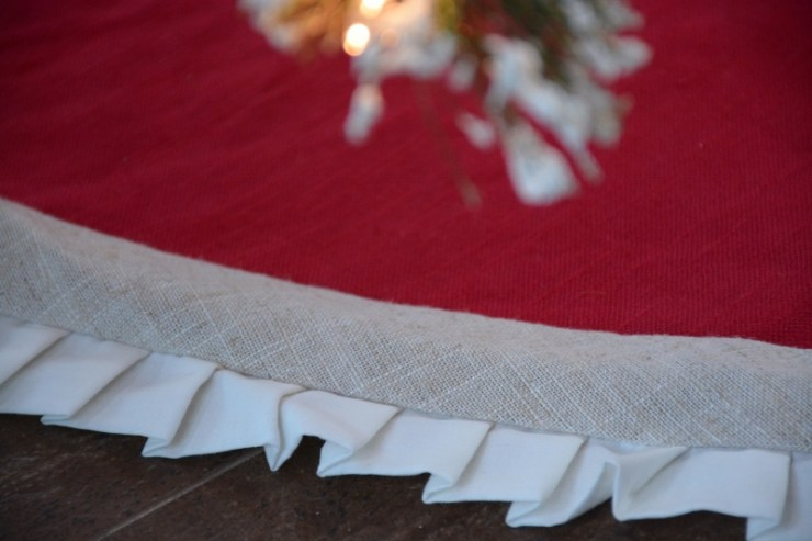 rustic-linen-and-burlap-tree-skirt-800x533