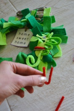 bend pipe cleaner to put around seahorse
