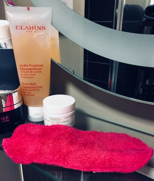 Afterspa makeup remover cloth: The end of cleansers? Image of Clarins pure melt cleansing gel and the afterspa magic makeup remover on a bathroom shelf