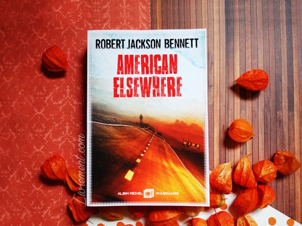 Mise en scène automnale du livre American Elsewhere de Robert Jackson Bennett