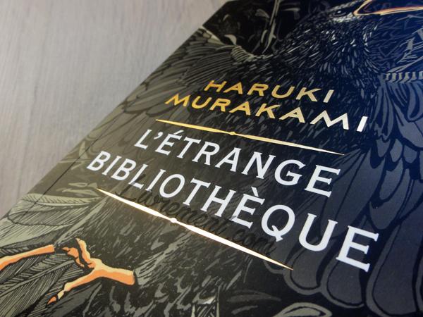 Détails cuivrés de la couverture de l'étrange bibliothèque, livre de Murakami