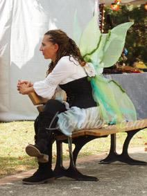 Salon littéraire Ménétrol : Les Aventuriales - fée assise sur un banc