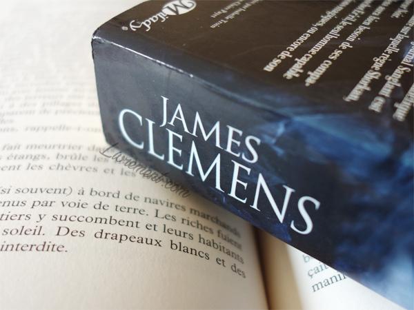 """Photographie du dos d'un des livres de la série """"Les Bannis et les Proscrits"""" de James Clemens"""