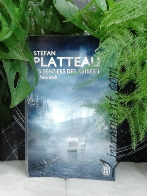 Chronique du livre Manesh de Stefan Platteau ; livre pris en photo au milieu des plantes