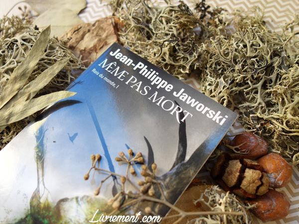 """Livre """"Même pas mort"""" de Jaworski mis en scène avec des éléments de décoration de la nature : mousse, feuille sechées, pommes de pin"""