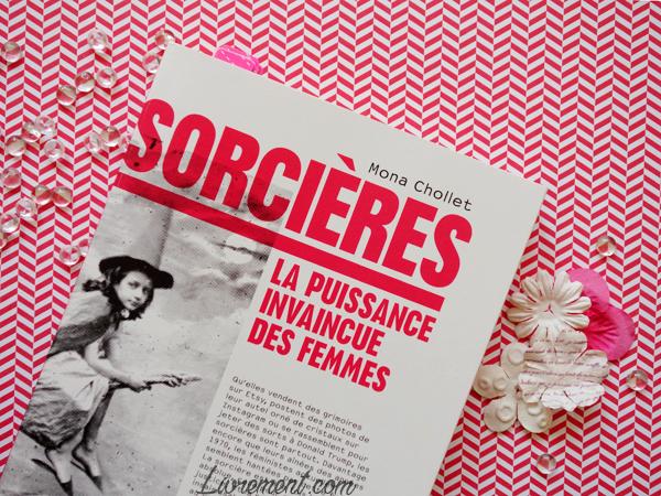 """Mise en scène du livre """"Sorcières"""" de Mona Chollet"""" dans les tons roses"""