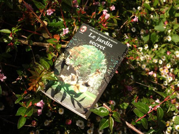 """Livre """"Le jardin secret"""" de Frances Burnett pris en photo dans les fleurs"""