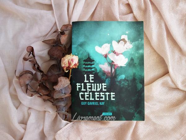 """Mise en scène du roman """"Le fleuve céleste"""" de Guy Gavriel Kay : tissu et fleurs séchées roses"""