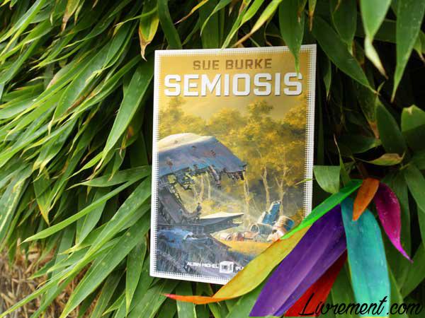 Mise en scène du roman Semiosis de Sue Burke entre les feuilles d'un bambou
